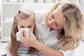 Phụ huynh nên làm gì để phòng tránh viêm mũi mùa hè cho trẻ?