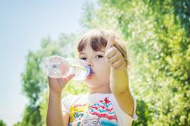 Trẻ nên uống gì vào mùa hè là tốt nhất?