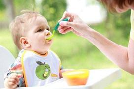 Mẹ đã biết cách cho bé ăn dặm lần đầu tiên hiệu quả chưa?