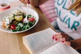 Bị mắc ung thư dạ dày ở tuổi 20 chỉ vì thói quen vừa ăn vừa đọc sách