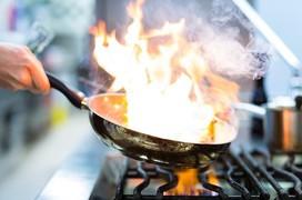 Nguy cơ ung thư phổi đến từ khói dầu ăn trong nhà bếp