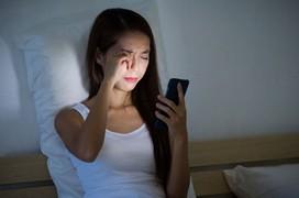Phải làm gì nếu mỏi mắt khi dùng điện thoại?