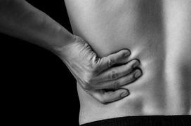 Đau giữa lưng là bệnh gì? Một số căn bệnh gây ra hiện tượng đau giữa lưng