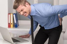 Đau lưng không cúi được có nguy hiểm không? Nguyên nhân do đâu?
