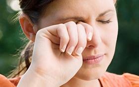 Ngứa và cộm mắt là dấu hiệu của bệnh gì? Khi nào ngứa và cộm mắt là dấu hiệu cảnh báo bệnh đau mắt đỏ?