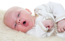 Viêm kết mạc ở trẻ sơ sinh gây viêm phổi: Triệu chứng lâm sàng và biến chứng nguy hiểm