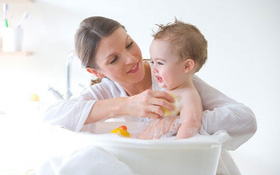 Bị tay chân miệng có nên tắm không? Hướng dẫn cách tắm cho trẻ bị tay chân miệng tại nhà