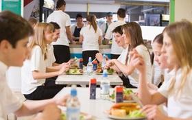 Tụ tập ăn một bữa trưa, tưởng chừng vô hại nhưng vô tình có thể khiến bạn bị nhiễm virus COVID-19