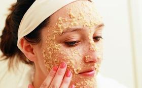 Rửa mặt bằng bột yến mạch giúp da mặt sạch mụn, sáng bóng