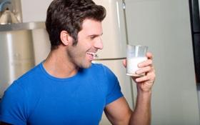 Nam giới uống sữa đậu nành hay bỏ điện thoại trong túi quần có gây vô sinh không?