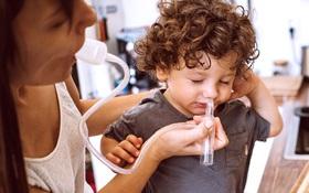 Một trẻ ngừng thở do cha mẹ rửa mũi sai cách: Chuyên gia cảnh báo gì?