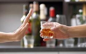 """Nhận biết dấu hiệu dị ứng bia rượu (có cồn) để không """"ham vui"""" trong bữa tiệc cuối năm"""