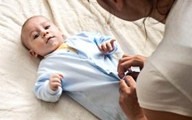 Trẻ sơ sinh đi ngoài nhiều lần, phụ huynh cần làm gì?