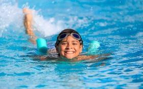 Đi bơi vào mùa hè có làm tăng nguy cơ mắc covid-19 hay không?