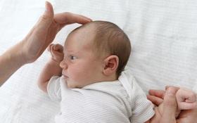 Đầu trẻ sơ sinh bị lõm phía sau do đâu? Có nguy hiểm không?