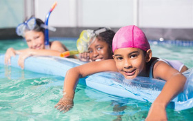 Những lợi ích tuyệt vời đối với sức khỏe khi cho trẻ đi bơi vào mùa hè
