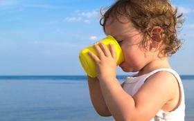 Mất nước ở trẻ nhỏ mùa nắng nóng: Dấu hiệu nhận biết và cách phòng tránh