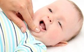 Phụ huynh cần làm gì khi trẻ sốt mọc răng?