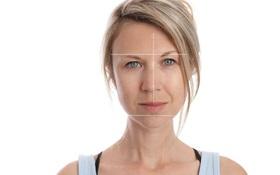 Vì sao càng lớn tuổi thì khuôn mặt lại càng bất đối xứng?