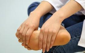 Tê chân là bệnh gì? Dấu hiệu cảnh báo cực nguy hiểm đối với sức khỏe chị em