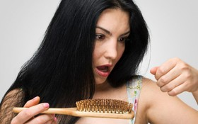 Rụng tóc nhiều là bệnh gì? Khám phá những bí ẩn về rụng tóc