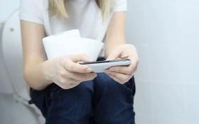 Cơ thể sẽ gặp phải 4 hiểm họa này nếu bạn sử dụng điện thoại trong nhà vệ sinh