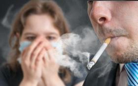 Hút thuốc lá thụ động là gì? Có nguy hiểm không và cách để giảm tác hại của khói thuốc lá khi hít phải