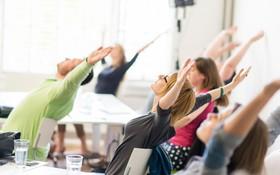 Bài tập yoga giúp dân văn phòng phòng tránh bệnh thoát vị đĩa đệm cột sống