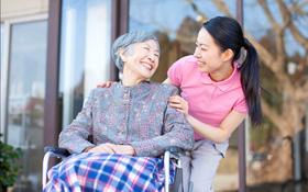 Hướng dẫn chăm sóc người cao tuổi bị loãng xương