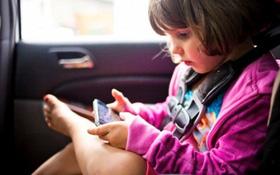 Trẻ bị cong vẹo cột sống do thói quen sử dụng thiết bị điện tử từ sớm