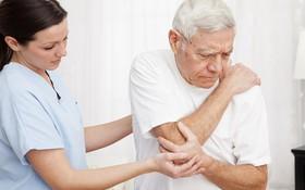 Những nguyên nhân gây ra viêm khớp dạng thấp ở người già