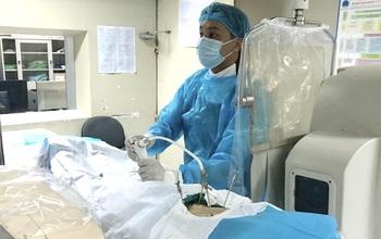 Bơm xi măng sinh học: Kỹ thuật mang lại niềm hy vọng mới cho người bị xẹp đốt sống