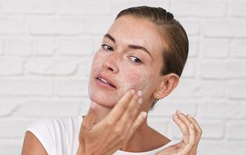 Tẩy tế bào chết cho da mặt có cần thiết không? Hướng dẫn tẩy da chết tại nhà đúng cách