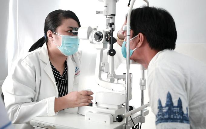 Thực hiện khám lâm sàng và xét nghiệm chẩn đoán bệnh đau mắt đỏ