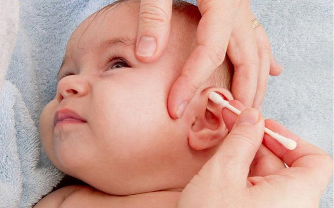 Mách mẹ cách lấy ráy tai khô cứng cho bé an toàn