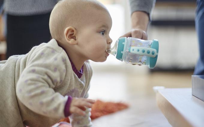Trẻ sơ sinh có nên uống nước không? Khi nào trẻ nên uống nước?