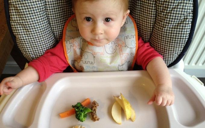 Chăm con đầu lòng, mẹ cần biết: Lần đầu ăn dặm nên cho bé ăn gì?