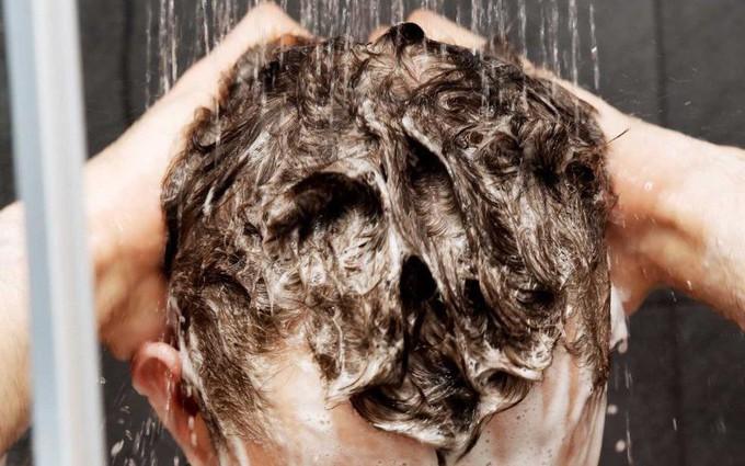 """Gội đầu sai cách khiến tóc không những nhiều gàu mà còn nhanh """"bết"""""""