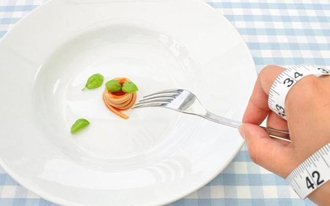 Chị em thi nhau nhịn ăn để 'mình hạc xương mai' nhưng không ai chắc chắn rằng ăn ít có giảm cân thật không?