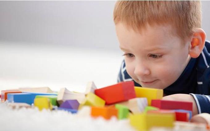 Dấu hiệu tự kỷ ở trẻ nhỏ: Coi chừng khi con chậm nói và 'lờ tịt' bố mẹ