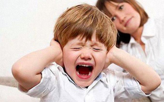 Cách xử lý thông minh khi trẻ tự kỷ hay la hét, ăn vạ