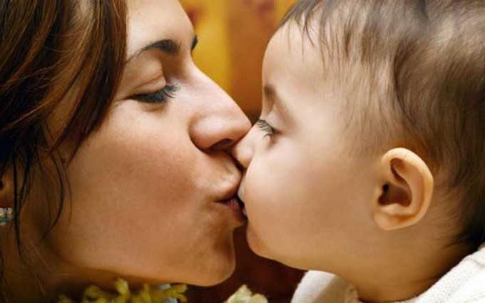 Hôn môi hay mớm cơm cho trẻ cũng có thể làm nhiễm bệnh