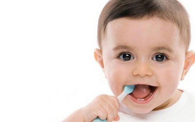 Cách chống tưa lưỡi cho trẻ sơ sinh bằng vệ sinh răng miệng