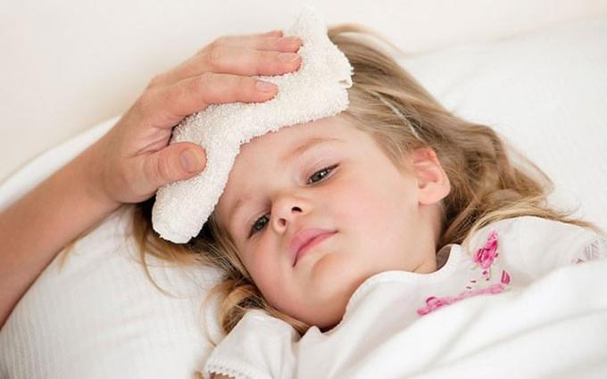Cảnh giác với những biến chứng sốt virus ở trẻ em